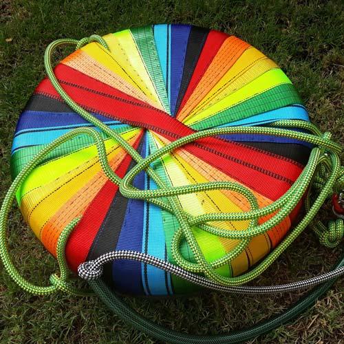 reciclan-columpio-arcoiris-2